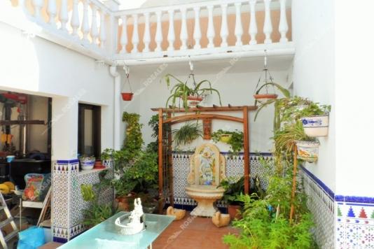 Casa con gran cochera y amplios patios, obra nueva.