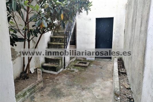 Casa en venta en Albendín, con cochera y patio.