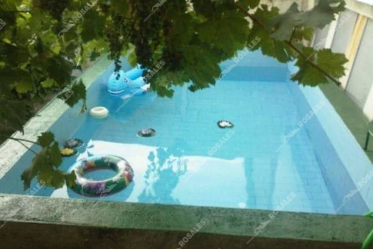 Casa en venta en Alcaudete con amplio patio y piscina.