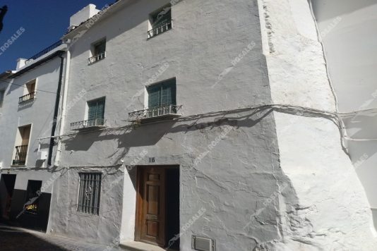 Casa en venta en Doña Mencía, junto al castillo.